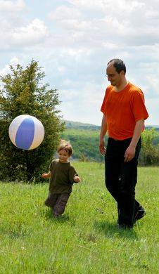 Free Father And Son Playing Football Stock Photography - 9312822