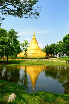 Free Gold Pagoda And Reflex On Water Royalty Free Stock Photography - 9316277