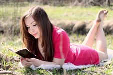 Free The Girl Reads The Book Royalty Free Stock Photography - 9325817