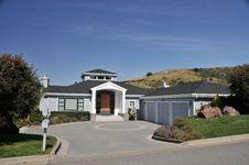 Free House With Circular Driveway, Three Car Garage Stock Photo - 9338560