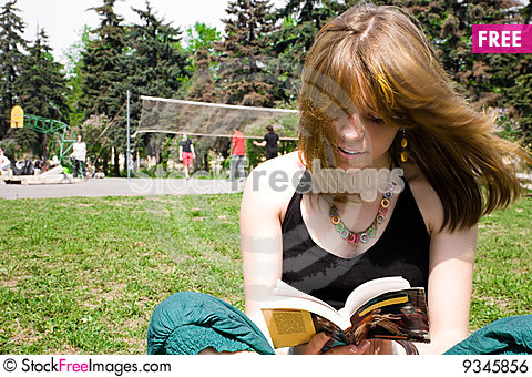 Free Pretty Young Women Reading A Book Royalty Free Stock Image - 9345856