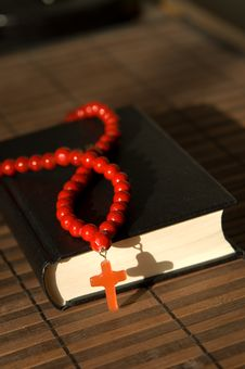 Free Bible With Red  Cross Royalty Free Stock Photos - 9349808