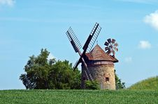Free Brown And Gray Windmill Beside Green Tree Under Blue Cloudy Sky During Day Time Royalty Free Stock Photo - 93554685