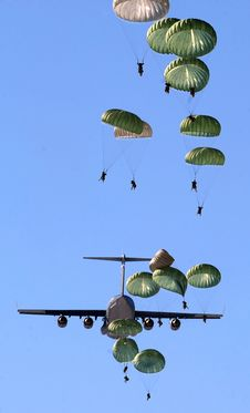 Free Army Paratroopers Practicing Parachute Drop From A Military Air Plane During Daytime Royalty Free Stock Photo - 93562405