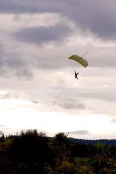 Free Paraglider Descending Royalty Free Stock Photos - 9368978