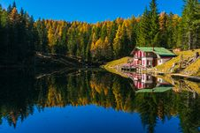 Free Lake House Reflecting In Calm Waters Stock Images - 93682544