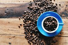 Free Coffee Beans In Blue Cup Royalty Free Stock Image - 93732116