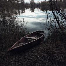 Free Wooden Canoe On River Banks Royalty Free Stock Photos - 93797838