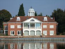 Free Riverside Home. Royalty Free Stock Images - 9386199