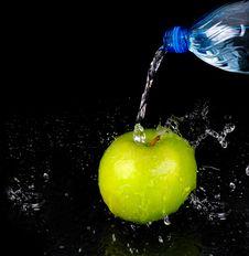 Free Fresh Water Splash On Green Apple Royalty Free Stock Image - 9389716