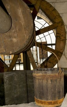 Free Old Wooden Well And Bucket Stock Photos - 9393193
