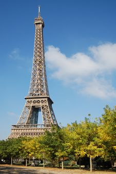 Free Eiffel Tower In The Blue Sky Stock Images - 9396164