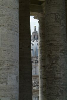 Free St. Peter S Cathedral Seen Through The Colonade Royalty Free Stock Images - 945259