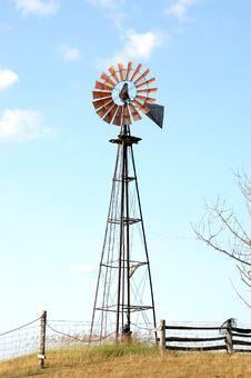 Free Farm Windmill Royalty Free Stock Photo - 946815