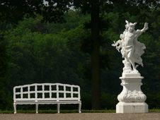 Free Statue And Bench Stock Image - 947341