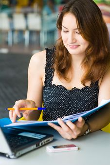 Free Young Pretty Caucasian Lady Using Laptop Outdoors Royalty Free Stock Images - 9408439