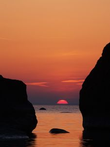 Free Rising Sun Between The Rocks Stock Photos - 9436053