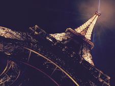 Free Eiffel Tower At Night Royalty Free Stock Image - 94581176
