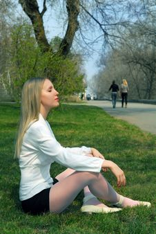 Free The Woman Sitting On A Grass Royalty Free Stock Photos - 9463588