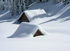 Free Cabins Covered In Snow Royalty Free Stock Photography - 94642437