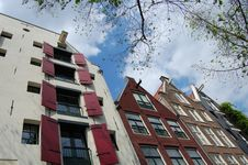 Free Amsterdam Canal House With A Tree Royalty Free Stock Photos - 9486848