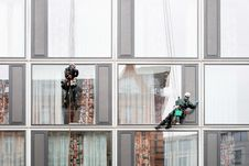 Free Window Washers Outside High Rise Stock Images - 94945804