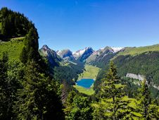 Free Lake In Alpine Valley Stock Photography - 94983672