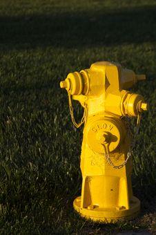 Free Yellow Hydrant Royalty Free Stock Photo - 953595