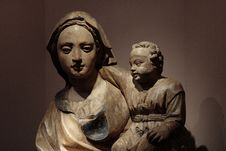 Free Statue Of Madonna And Infant Royalty Free Stock Image - 957826
