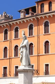 Free Statue Of Dante Alighieri In Verona Royalty Free Stock Photos - 9504698