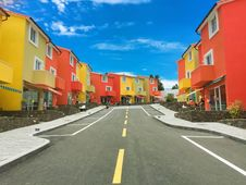 Free Empty Road With Orange And Yellow Houses Line During Daytime Royalty Free Stock Photo - 95108705