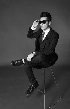 Free Man With Suit And Sunglasses Stock Photo - 95164980