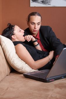 Free Couple With Laptop On Couch Royalty Free Stock Photos - 9524658