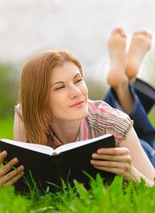 Free Pretty Girl Reading Outdoors Stock Images - 9536714