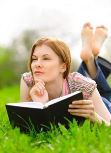 Free Pretty Girl Reading Outdoors Royalty Free Stock Images - 9536719