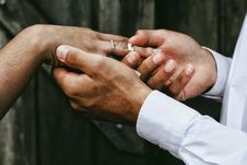 Free Groom Putting Ring In Brides Finger Stock Images - 95317854