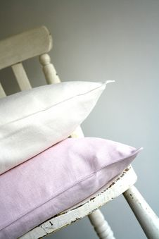Free Pillows On Old Chair Royalty Free Stock Photos - 95317918