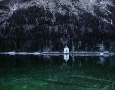 Free House By Mountain Lake Royalty Free Stock Photos - 95354758