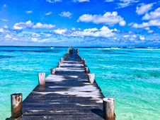 Free Wooden Dock In Blue Waters Royalty Free Stock Photos - 95354828