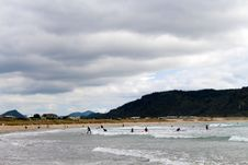 Free Surfers On Whangamata Beach In New Zealand Stock Images - 95409394