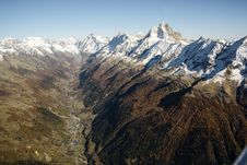 Free Valley Through Mountain Peaks Stock Photo - 95593480