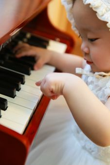 Free Piano Baby Girl Stock Photos - 95593603