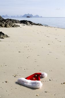 Free Christmas Hat On The Beach Royalty Free Stock Photos - 9568738