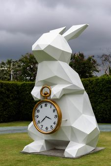 Free White Rabbit Holding Gold Frame Pocket Watch Statue Royalty Free Stock Photos - 95644018