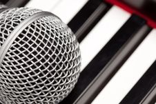 Free Microphone Laying On Electronic Keyboard Stock Photography - 9573182