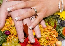 Free Wedding Rings Over A Bouquet Of Flowers Stock Images - 9586324