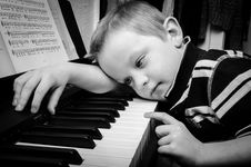 Free Sad Boy Plays Piano Royalty Free Stock Photography - 95868577