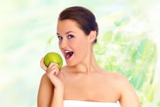 Free Young Woman Eating Apple Royalty Free Stock Images - 9597029
