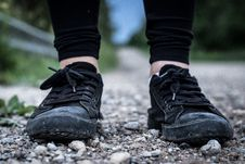 Free Feet With Sneakers On Rocks Royalty Free Stock Images - 95931699