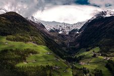 Free Mountain Valley With Clouds Stock Images - 95931784